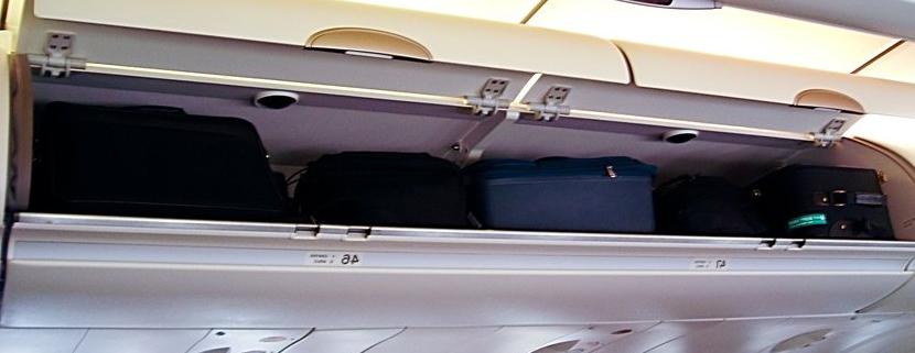 Багажное отделение в салоне самолета